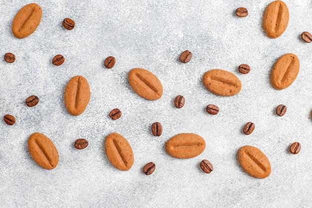 コーヒー豆の形をしたクッキーとコーヒー豆。 無料写真