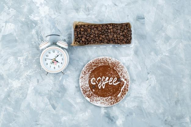 커피 원두와 지저분한 회색 배경에 알람 시계 무료 사진