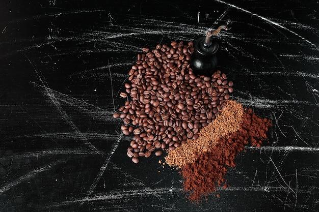 Кофейные зерна и порошок на черном Бесплатные Фотографии
