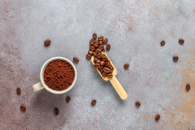 Chicchi di caffè e polvere macinata. Foto Gratuite