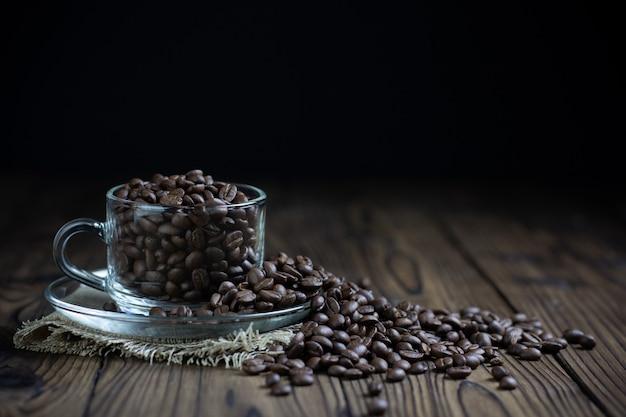 テーブルの上のカップのコーヒー豆 無料写真