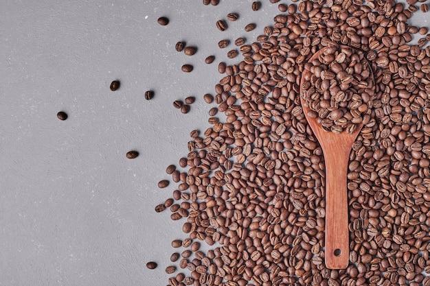 파란색 배경에 고립 된 커피 콩입니다. 무료 사진