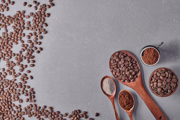 Кофейные зерна, изолированные на синем фоне. Бесплатные Фотографии