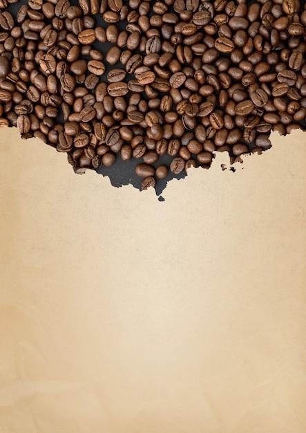破れた茶色の紙の上のコーヒー豆 Premium写真