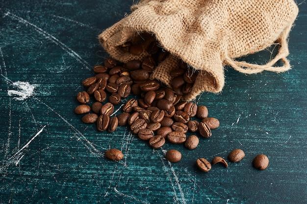 素朴なポケットからコーヒー豆。 無料写真