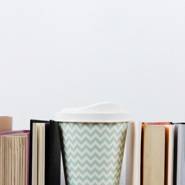 Caffè e libri con spazio di copia Foto Gratuite