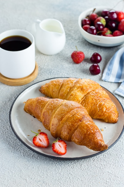 Coffee, croissants and berries for breakfast Premium Photo