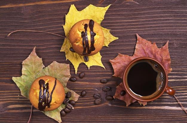 Чашка кофе и два кекса с шоколадом Premium Фотографии