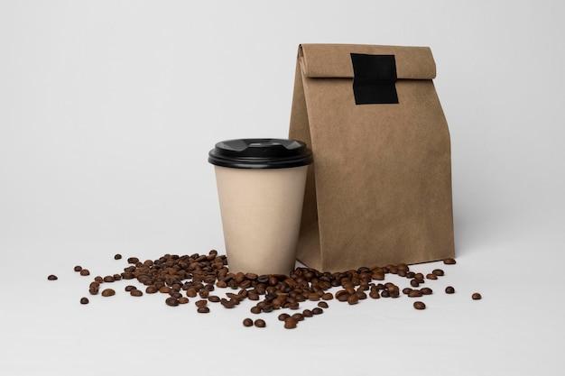 Disposizione della tazza e dei fagioli di caffè Foto Gratuite