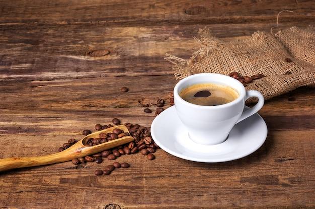 나무 테이블에 커피 컵입니다. 어두운 배경. 무료 사진