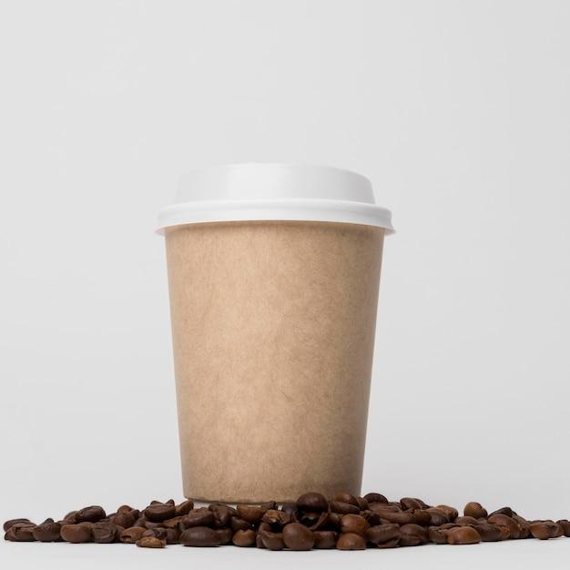 콩 낮은 각도에 커피 컵 프리미엄 사진