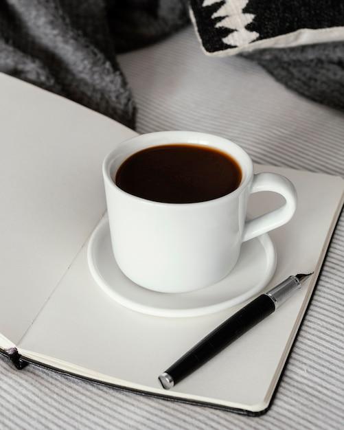Чашка кофе и книга высокий угол Бесплатные Фотографии