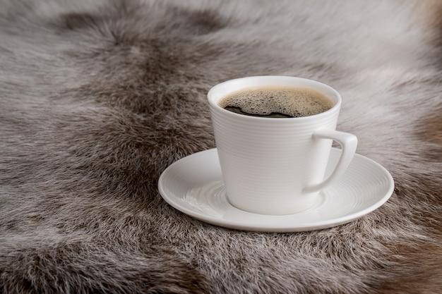 Кофейная чашка на меху Premium Фотографии