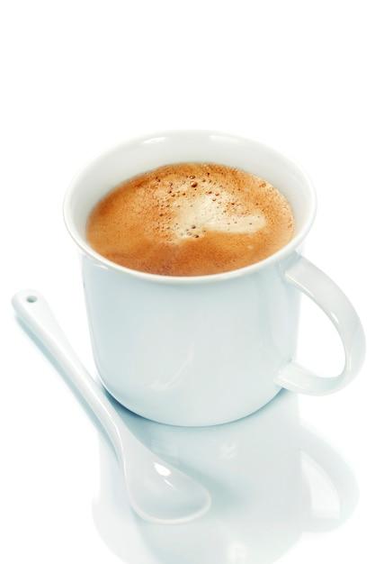 Чашка кофе на белом фоне Premium Фотографии