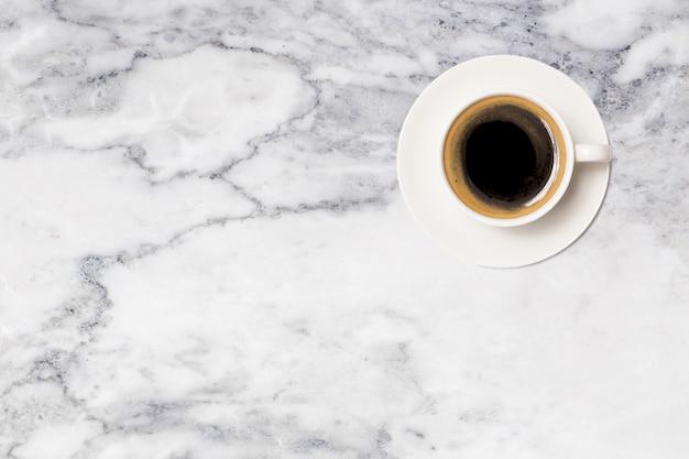 Кофейная чашка, вид сверху кофейной чашки на мраморном столе Premium Фотографии
