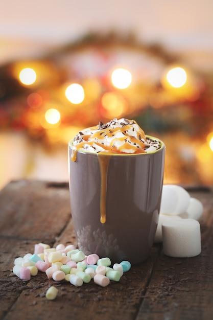 Чашка кофе с карамелью и взбитыми сливками Бесплатные Фотографии