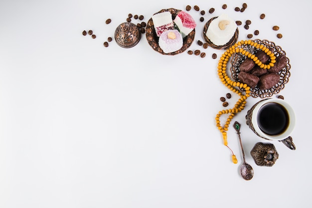 Coffee cup with dates fruit and beads Free Photo