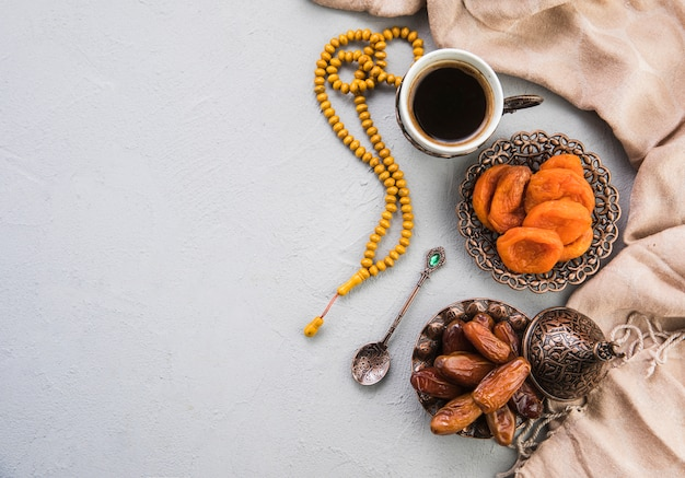 Coffee cup with dried dates fruit and apricot Free Photo