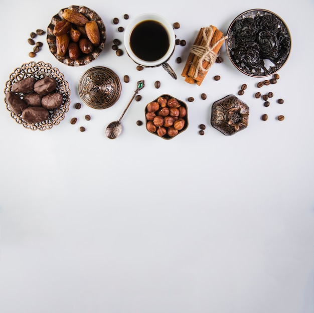 Coffee cup with dried fruits and hazelnuts Free Photo