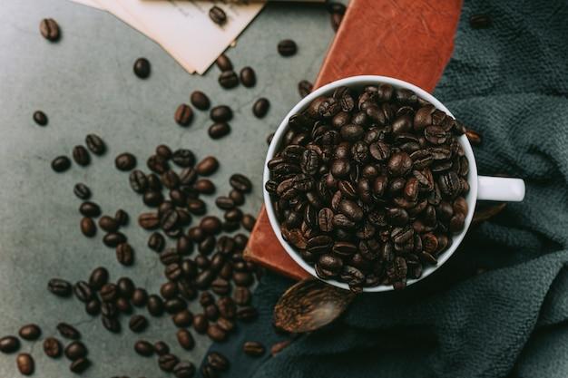 コーヒーカップと豆、国際的なコーヒーの日のコンセプト 無料写真