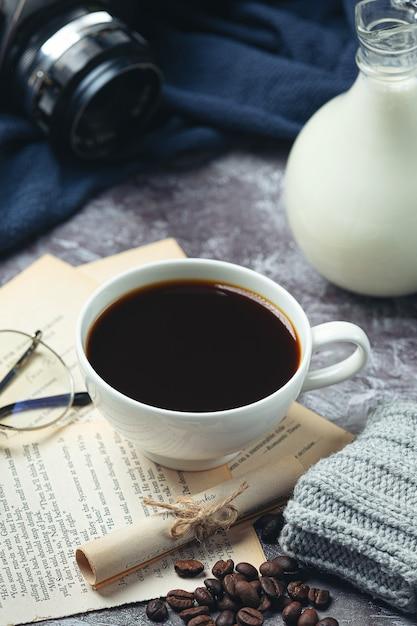Tazze di caffè e fagioli, concetto di giornata internazionale del caffè Foto Gratuite