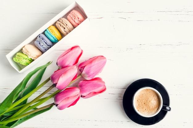 Coffee and flowers tulips Premium Photo