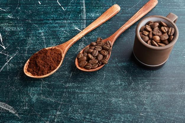 木のスプーンのコーヒーの穀物および粉。 無料写真