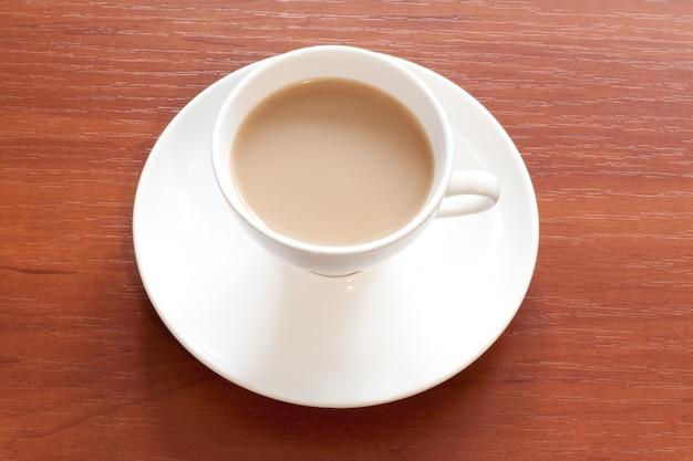テーブルの上の白いカップのコーヒー Premium写真