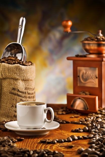 Кофейные предметы на столе Premium Фотографии