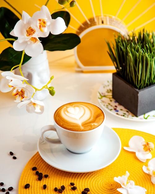 Кофе латте, вид сбоку Бесплатные Фотографии