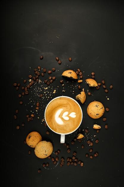 Кофейный латте с печеньем и кофейными зернами Бесплатные Фотографии