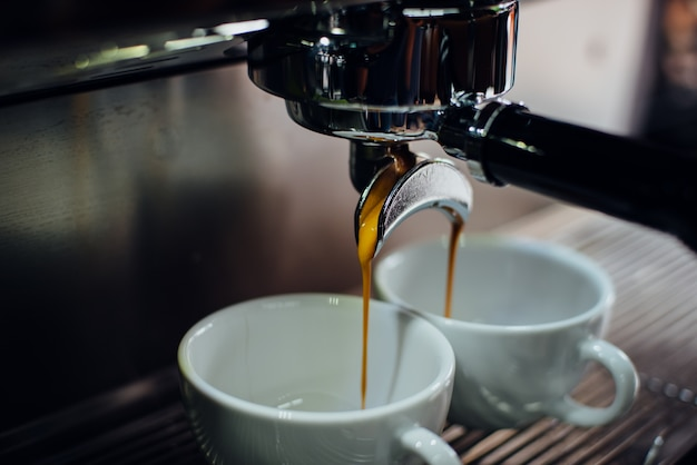 コーヒーマシンは、一度に2つのカップを埋めます 無料写真