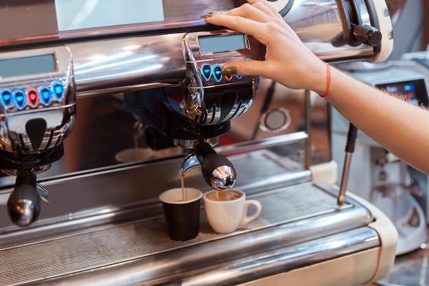 一杯のコーヒーを作るコーヒーマシン 無料写真