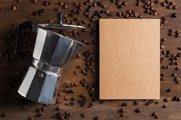 Macchina da caffè e pacchetto vicino ai fagioli Foto Gratuite