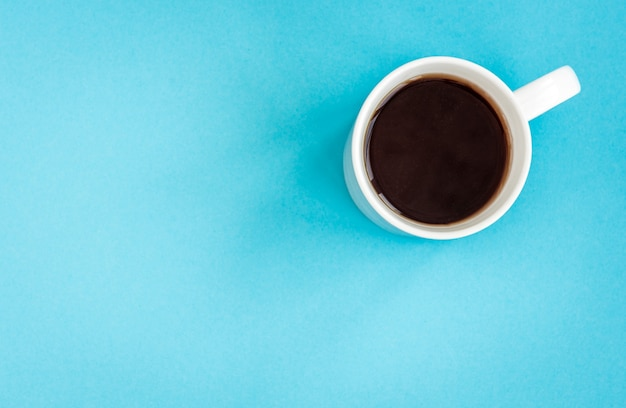 青の白いマグカップでコーヒーまたは紅茶。 Premium写真