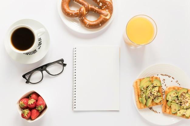 Caffè e pretzel sul tavolo Foto Gratuite