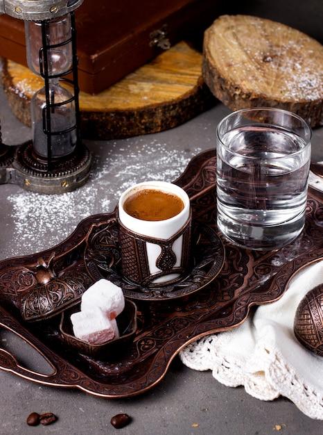 Caffè servito con prelibatezze turche e bicchiere d'acqua Foto Gratuite
