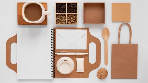 Disposizione del marchio della caffetteria su priorità bassa bianca Foto Gratuite