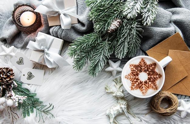 スノーフレーク柄とクリスマスデコレーションのコーヒー Premium写真
