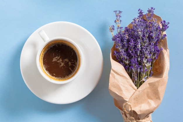 Coffee with flowers composition on the table Premium Photo