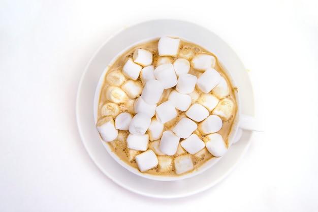 白い背景の上のマシュマロとコーヒー Premium写真