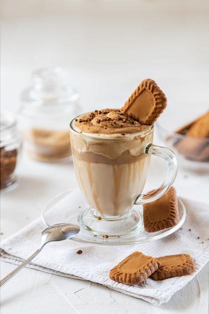牛乳、チョコレートシロップ、クッキー入りのコーヒー。閉じる Premium写真