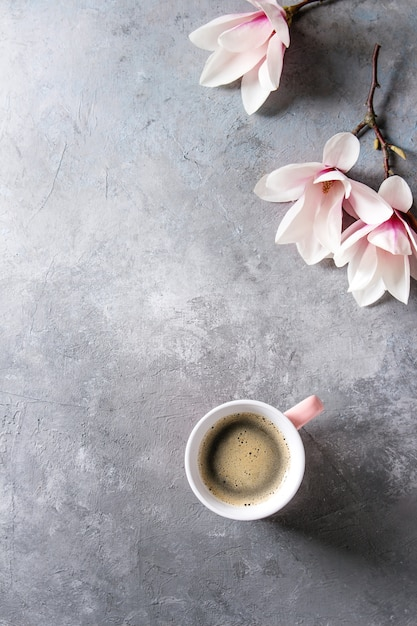 Coffee with spring flowers Premium Photo