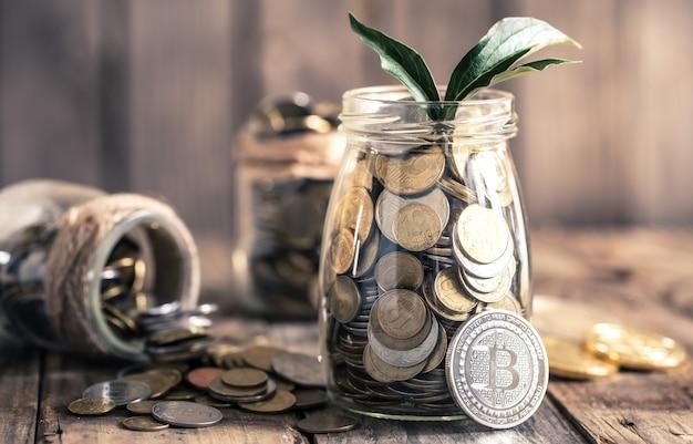 Монета биткойн и банка с монетами Бесплатные Фотографии