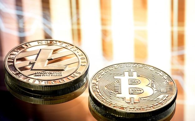 Монета litecoin и биткойн крупным планом на красивом фоне, концепция цифровой криптовалюты и платежная система Бесплатные Фотографии