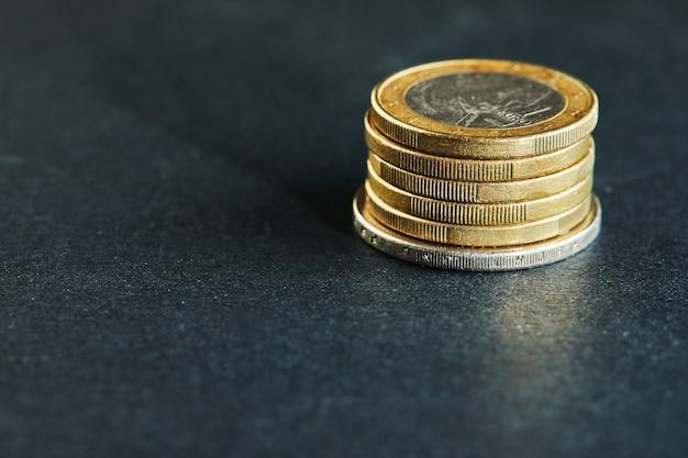 コインが積み重なって、全体像、市場危機、脆弱な市場をクローズアップ Premium写真