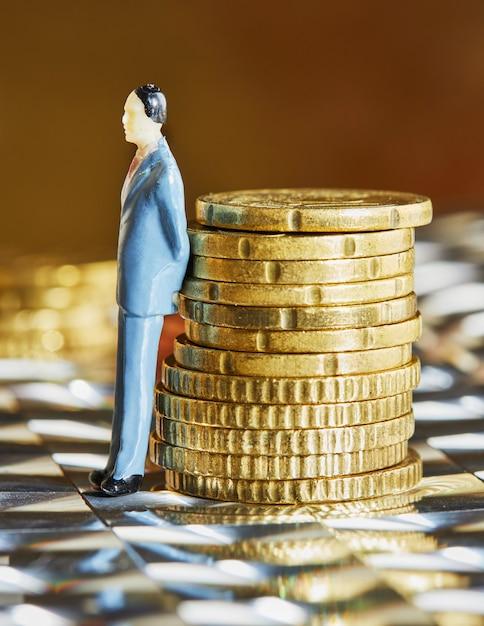 コインが人間の姿で積み重なっている Premium写真