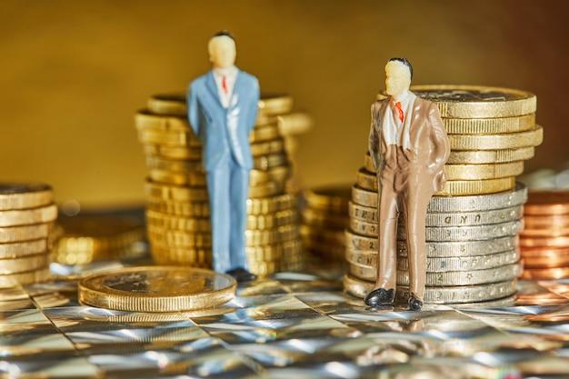 コインがビジネスマンの姿で積み重なっている Premium写真