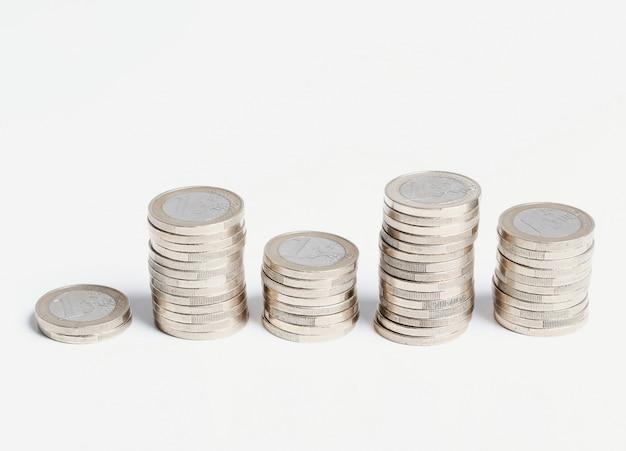 Monete sul tavolo di legno Foto Gratuite