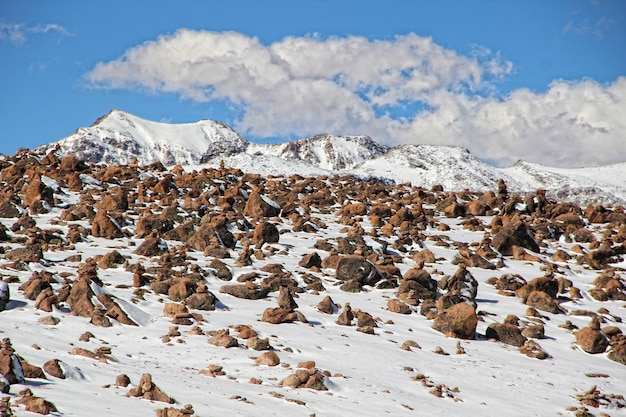 Каньон колка, камни, расставленные туристами в верхней зоне центральных площадок Premium Фотографии